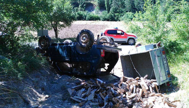 El vehículo transportaba un remolque con leña.