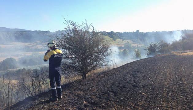 Un incendio afecta a un campo próximo a Barañáin