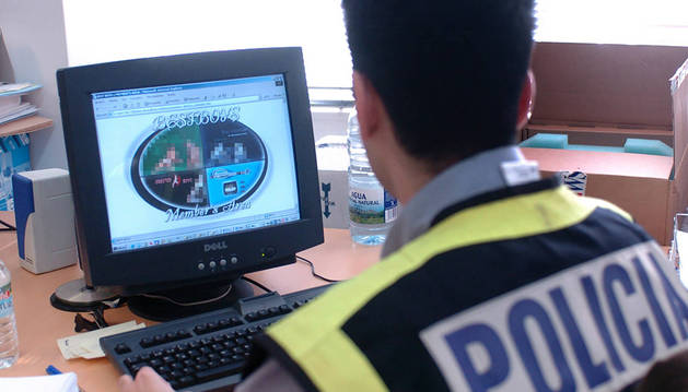 Un agente de policía inspecciona una web de internet vinculada a la distribución de pornografía infantil.