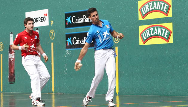 Mikel Urrutikoetxea golpea a la pelota en presencia del campeón, Iker Irribarria, durante el partido de ayer en el Ogueta.