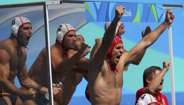 El navarro Alberto Munárriz (2) celebra con sus compañeros en el banquillo un tanto de España ante Italia.