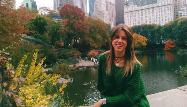 La pamplonesa Adriana Armendáriz Recalde, posando en Central Park, uno de sus lugares favoritos en Nueva York.