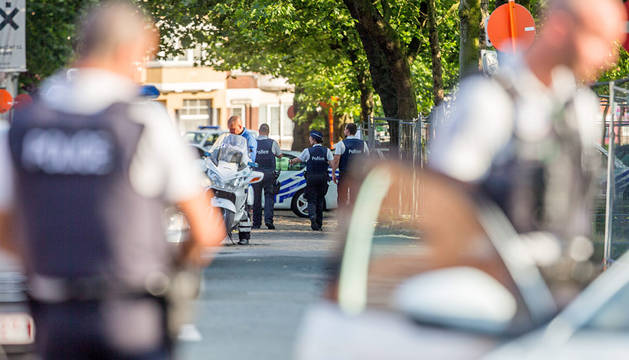 Policías, en los alrededores de la zona donde se produjo el ataque en Charleroi.