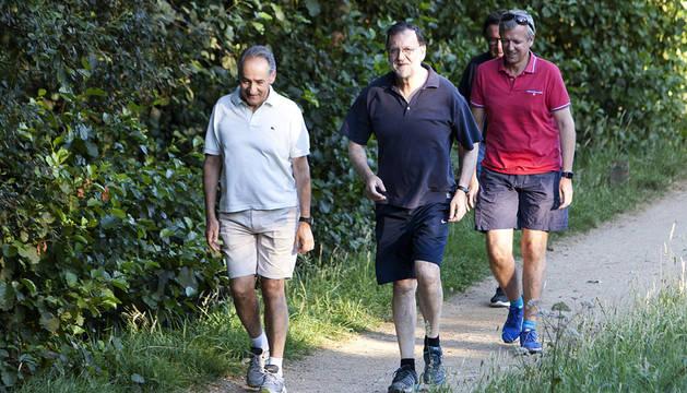 Rajoy camina por la 'Ruta da Pedra e da Auga', durante sus vacaciones en Galicia.