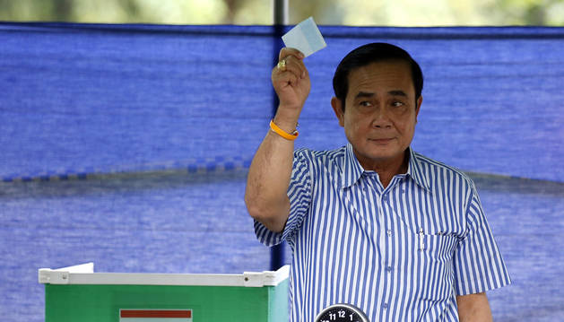 Los tailandeses votan hoy la Constitución propuesta por la junta militar