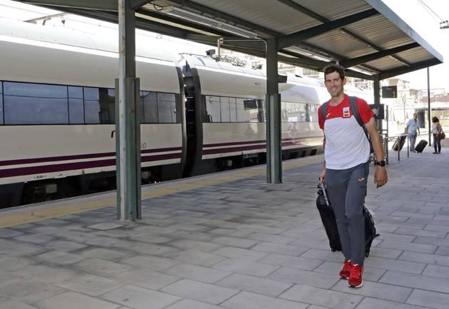 Imanol Erviti, a primera hora de la tarde de ayer nada más bajar del Alvia que le traía desde Madrid, donde había llegado  en avión desde Río de Janeiro.