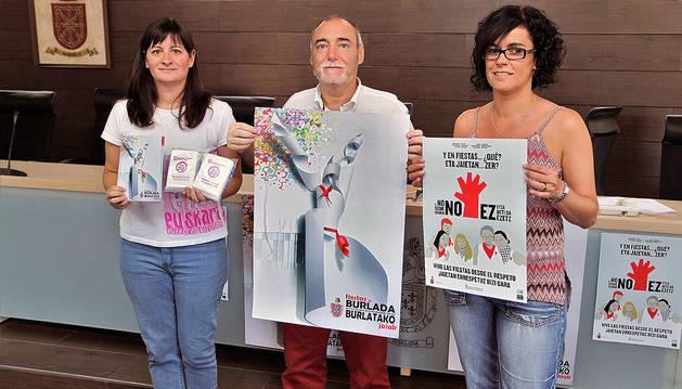 La edil de Festejos, Joana Eguillor, el alcalde Txema Noval y la edil de Participación Berta Arizkun.
