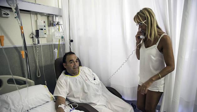 Jesús Ángel Castellano, en el hospital de Tudela junto a su mujer, la edil Mª José Alonso.