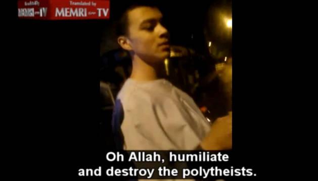 El joven que llama a asesinar cristianos en un fotograma del vídeo.