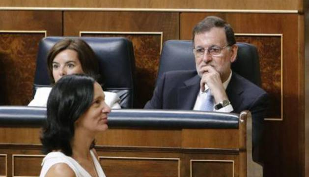 Bescansa pasa ante el presidente del Gobierno en funciones, Mariano Rajoy.