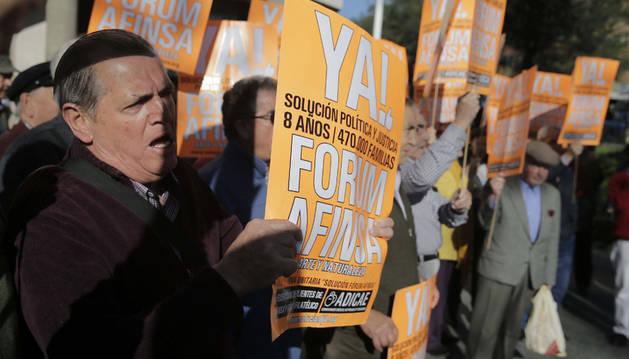Afectados por los fraudes de Fórum Filatélico y Afinsa protestan a las puertas del Juzgado, donde se inició la vista de calificación del concurso de acreedores.