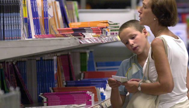 Una madre y su hijo compran libros de texto.