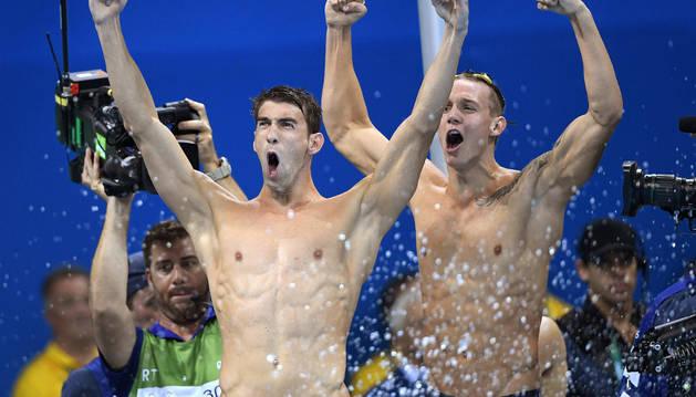 Michael Phelps celebra su vigésimo tercera medalla.