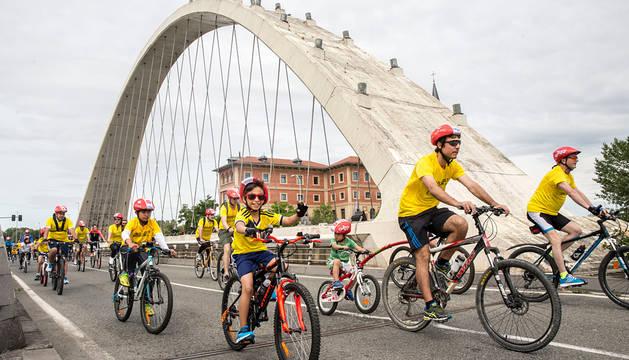Varias personas, en el X Día de la Bici en Pamplona.