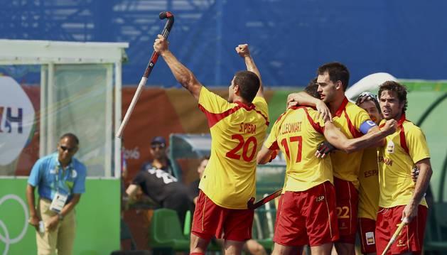 La selección española celebra su victoria contra Nueva Zelanda.