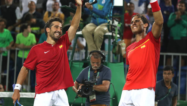 Rafael Nadal y Marc López (i) celebran su victoria ante los argentinos Juan Martín Del Potro y Máximo Gónzalez.