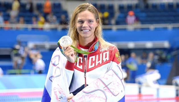 Yulia Efímova posa con la medalla de plata.