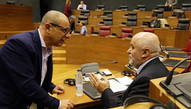 Gimeno (PSN) habla con Mendoza en el Parlamento.