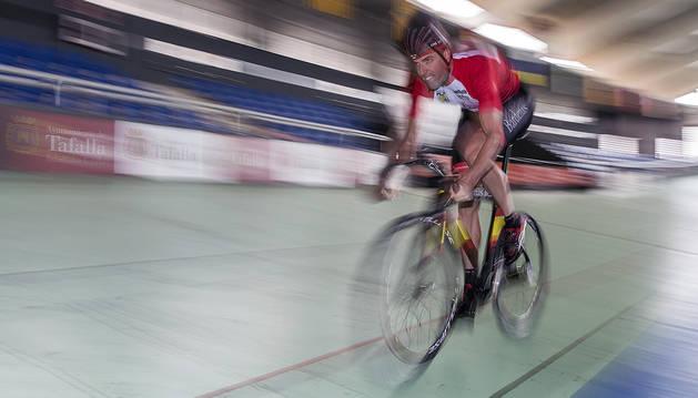 Juan Peralta, en pleno esfuerzo durante una serie en el velódromo de Tafalla, donde ha hecho gran parte de su preparación de cara a los Juegos de Río de Janeiro 2016.