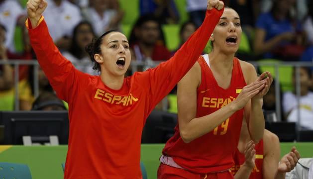 Las jugadoras de España celebran un punto.