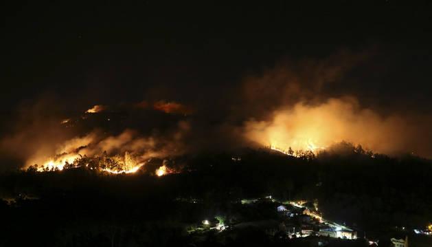 Las llamas se acercan a las viviendas del municipio de San Martiño de Ventosela.