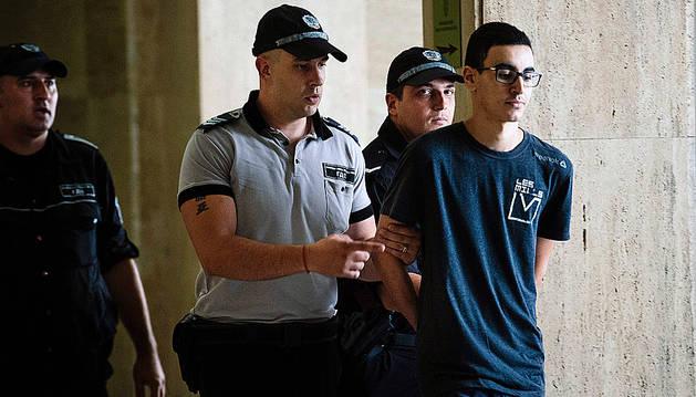 Mourad Hamyd excoltado por varios policías hoy en Sofía.
