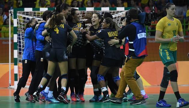 Las jugadoras de España celebran la victoria ante Brasil.