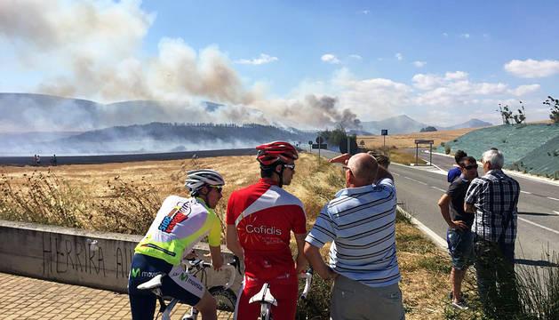 Un incendio de vegetación se acerca a las viviendas en Ororbia