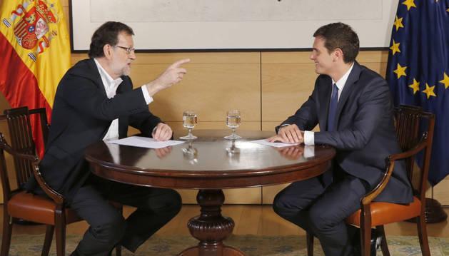 Mariano Rajoy (i), durante la reunión que mantuvo este miércoles en el Congreso con el líder de Ciudadanos, Albert Rivera.