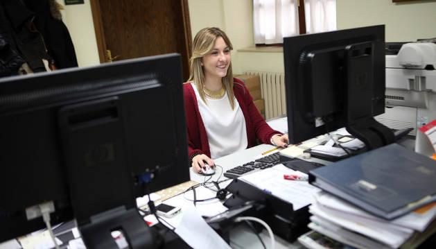 Una de las jóvenes con un contrato facilitado por el programa de empleo juvenil del Ayuntamiento de Tudela.