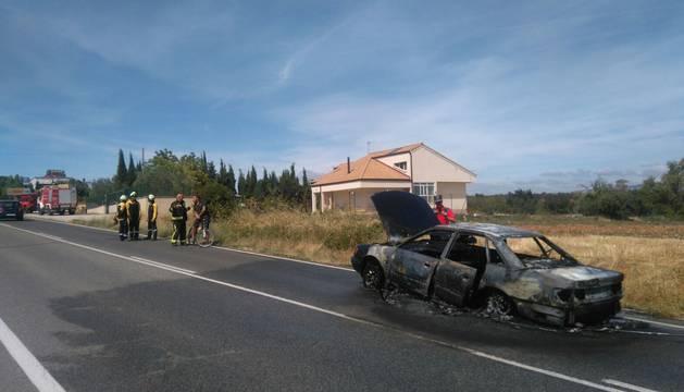 Incendio de un vehículo en la NA-1110 en Ayegui