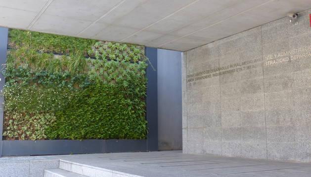 El jardín vertical se ubica junto a la puerta de acceso.