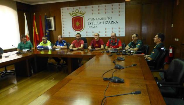Representantes de los cuerpos de seguridad, en el salón de plenos de Estella.