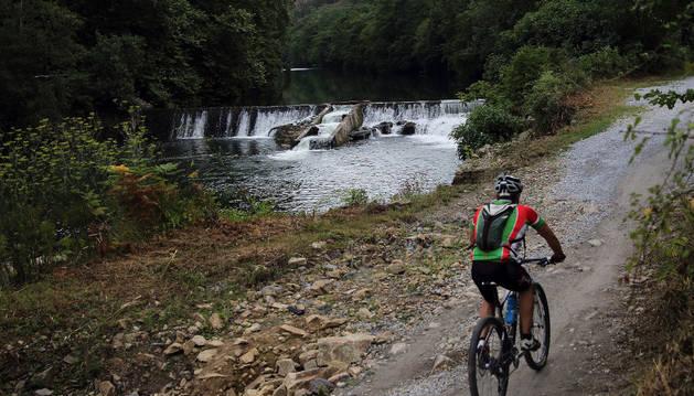 Un cicloturista avanza por la vía verde que discurre paralela al río Bidasoa, a la altura de la presa de Endarlatsa.