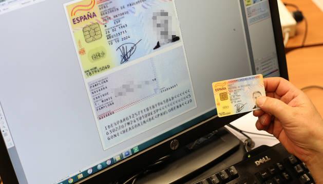 Una persona escanea en el ordenador el DNI para tenerlo digitalizado.