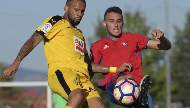 Imanol García disputa un balón durante el partido de ayer en Etxarri Aranatz.