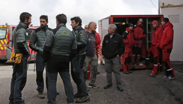 Miembros del GREIM de la Guardia Civil se preparaban el jueves para iniciar la subida del francés accidentado al exterior.