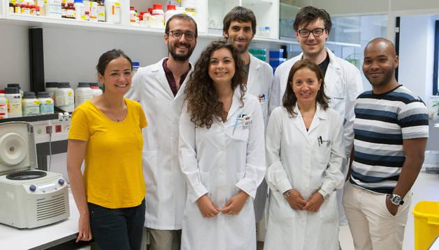 La Dra. Maite Huarte y el Dr. Francesco Marchese (primera y segundo por la izquierda) junto a su equipo de investigadores del CIMA.