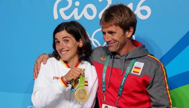 Maialen Chourraut posa con su entrenador y pareja Xabi Etxaniz.