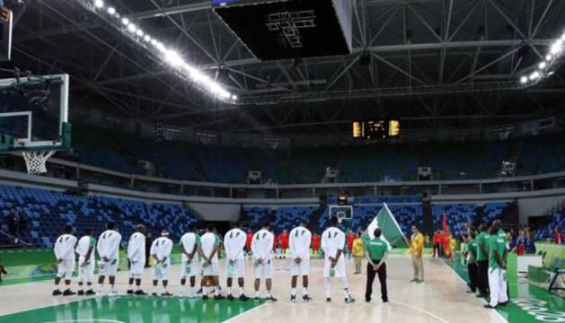 Los equipos escuchan los himnos sin espectadores.