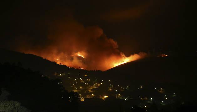 Panorámica de un incendio forestal en Arbo, Pontevedra.