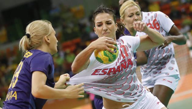 Elisabeth Pinedo (d), ante Laura Chiper (i) de Rumanía, durante el partido de balonmano que disputaron ambos equipos en los Juegos Olímpicos.