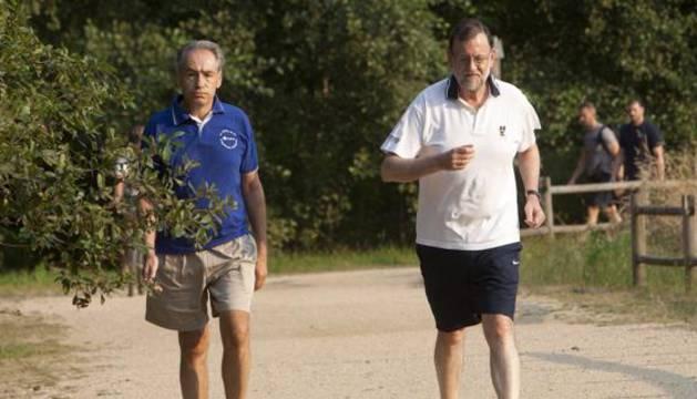 Rajoy, acompañado de José Benito Suárez, marido de la presidenta del Congreso, Ana Pastor.