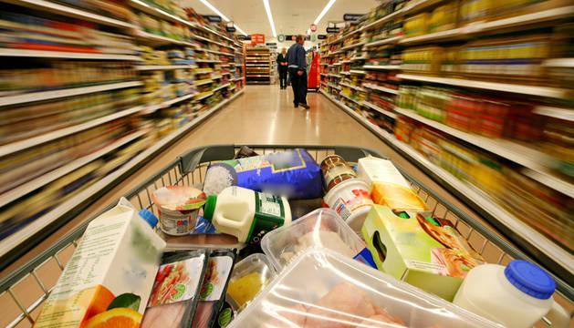 Un carro de la compra lleno en un supermercado.