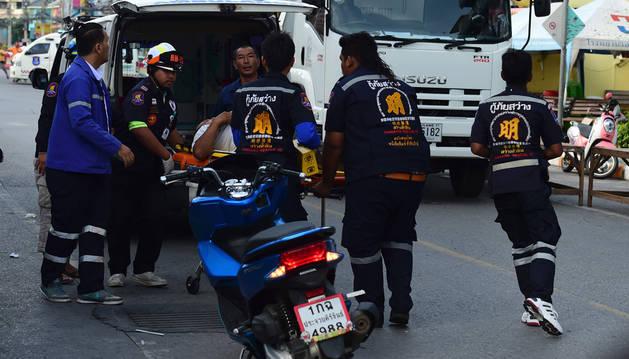 Un equipo de rescate traslada a un herido tras una de las explosiones en Hua Hin, Tailandia.