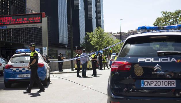 Agentes de la Policía Nacional y la Policía Local custodian la zona en la que un hombre ha disparado contra su exmujer.