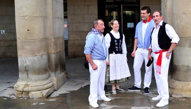 Desde la izda., Demetrio Lacunza, Amaia Arregi, Iker Arregi y Javier Zudaire, en representación de la peña El Aguazón y el Grupo de Danzas. Serán los encargados de lanzar hoy el cohete.