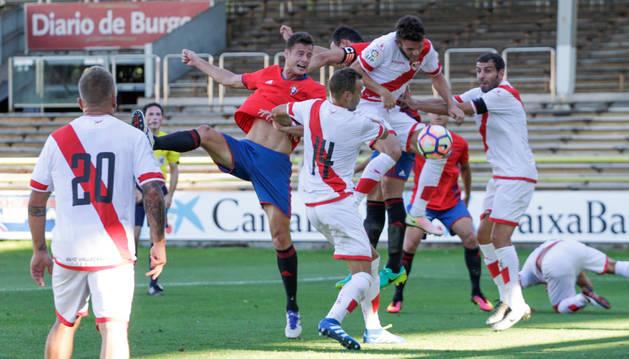 Oriol RIera remata forzado de cabeza en el área del Rayo Vallecano en los primeros instantes del partido de ayer en El Plantío.
