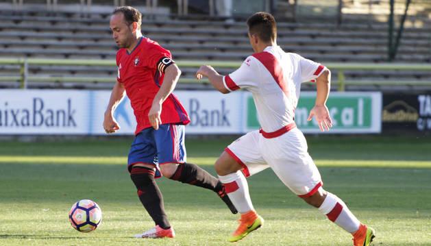 Nino, autor del único gol de Osasuna en el partido de ayer, intenta encarar el área perseguido por un rival.
