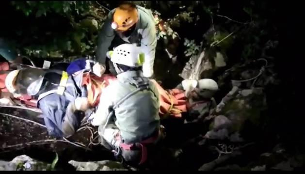 François Bodot, en la camilla, sacado de madrugada por la boca de la sima del Bosquete.